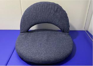 座椅子に座る写真